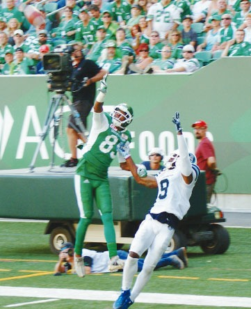 Duron Carter catches football with one hand